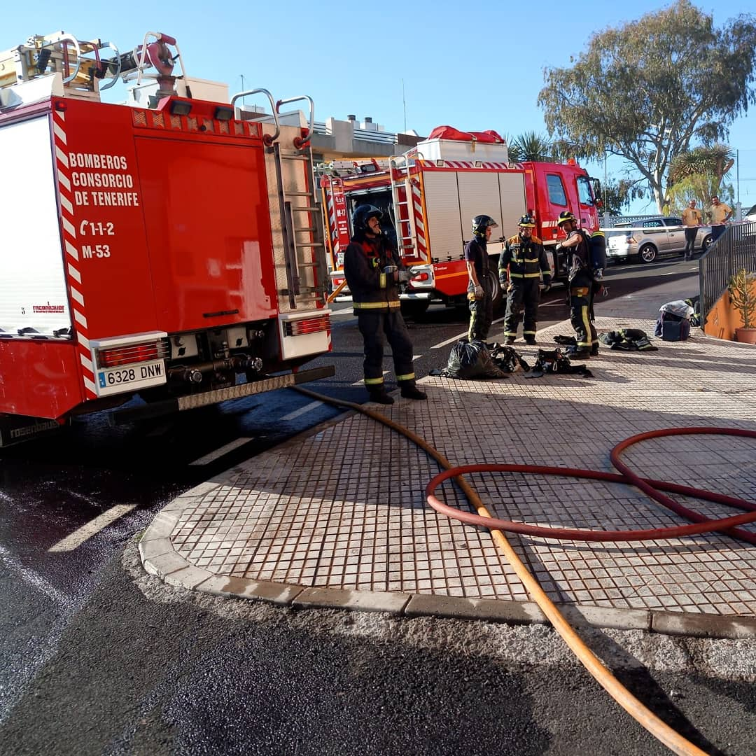 bomberos en incendio en garaje en Granadilla de Abona